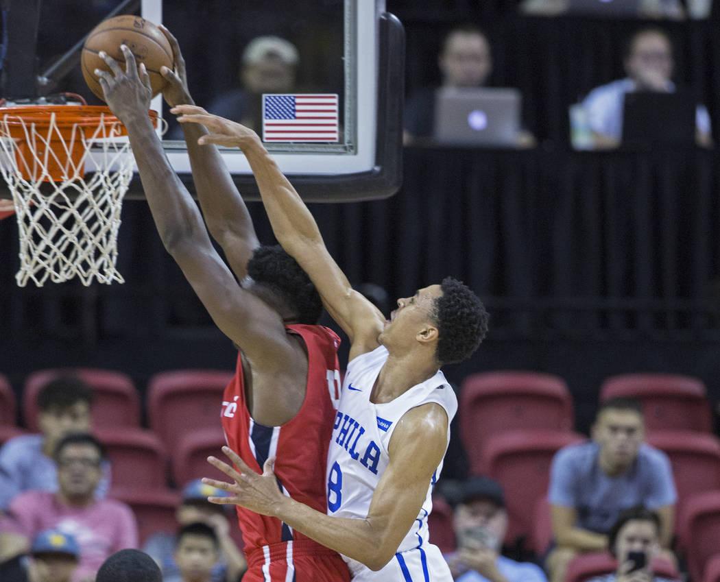 El guardia de los Philadelphia 76ers, Zhaire Smith (8), intenta bloquear el tiro del guardia de los Wizards de Washington, Tiwian Kendley (35), durante la Liga de verano de la NBA el lunes 9 de ju ...