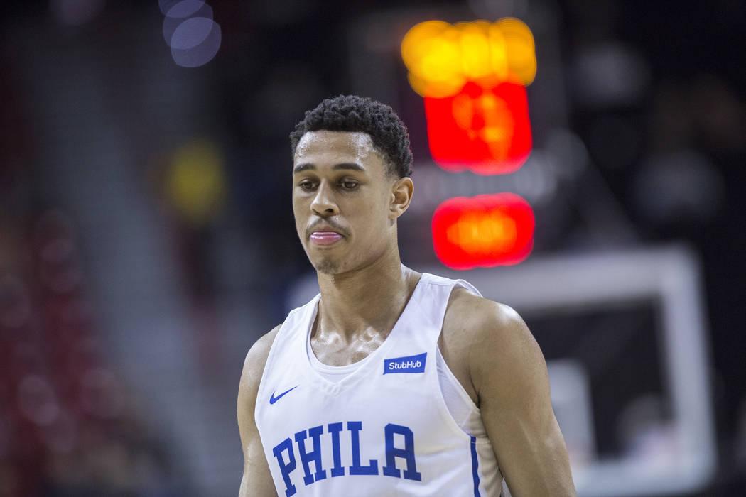 76ers resguardan a Zhaire Smith (8) durante el partido de la NBA Summer League de Filadelfia contra los Washington Wizards el lunes 9 de julio de 2018 en el Thomas & Mack Center, en Las Vegas. Ben ...