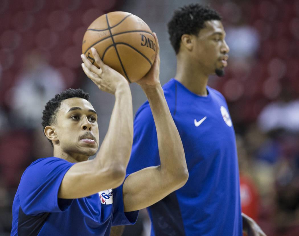 El escolta de los 76ers, Zhaire Smith (8), se calienta antes del inicio del partido de la NBA Summer League de Filadelfia contra los Washington Wizards el lunes 9 de julio de 2018 en el Thomas & M ...