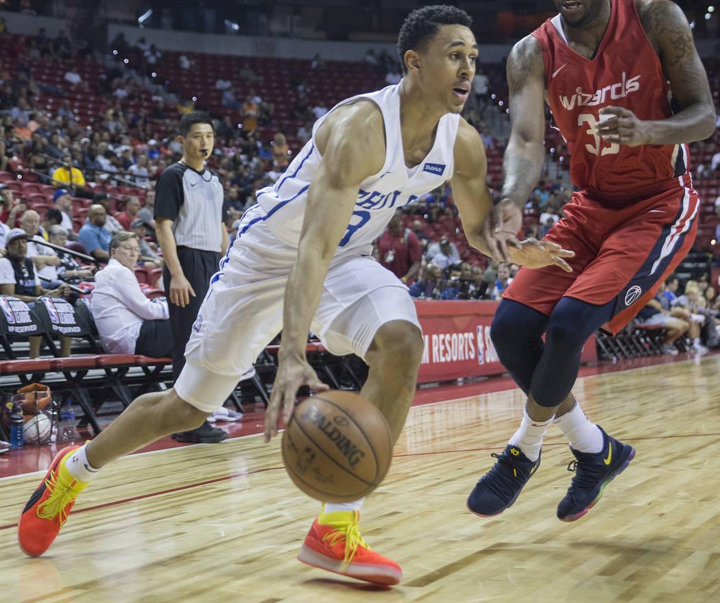 El guardia de los Philadelphia 76ers, Zhaire Smith (8), conduce la línea de fondo más allá del guardia Tiwan Kendley de los Washington Wizards (35) durante la Liga de verano de la NBA el lunes ...