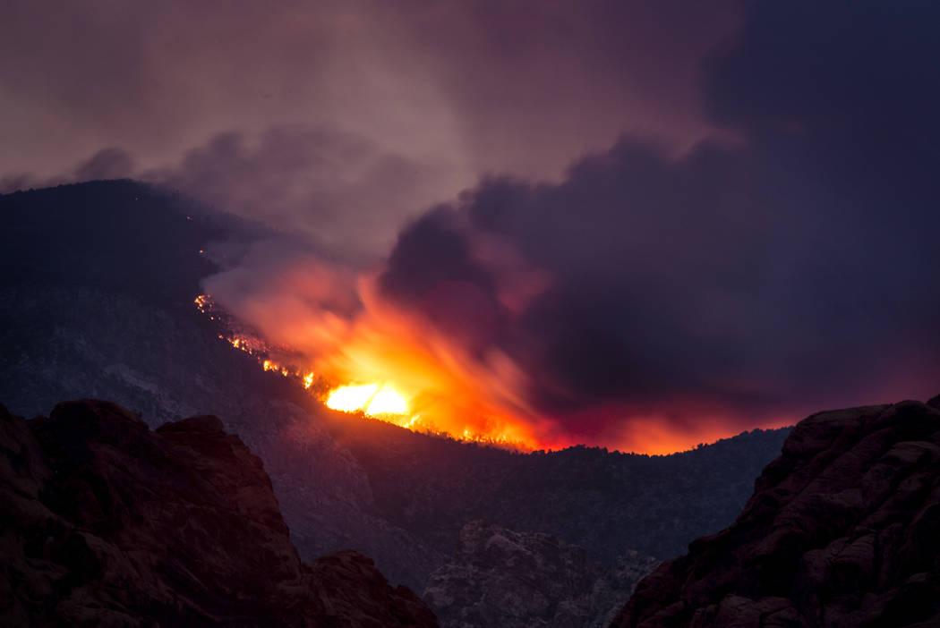 Humo del Carpenter 1 Fire, visto el miércoles 10 de julio de 2013 en la carretera Red Rock Canyon Road y Calico Basin. (Jeff Scheid / Las Vegas Review-Journal)