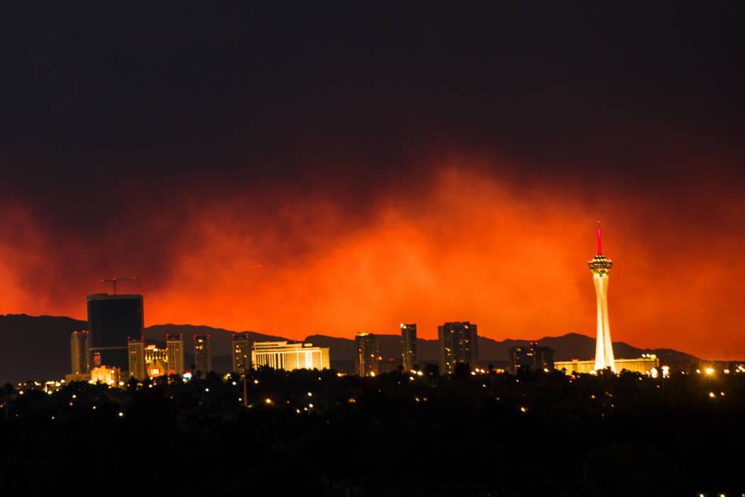 El humo del Carpenter 1 Fire over Las Vegas el lunes 8 de abril de 2013. (Jeff Scheid / Las Vegas Review-Journal)