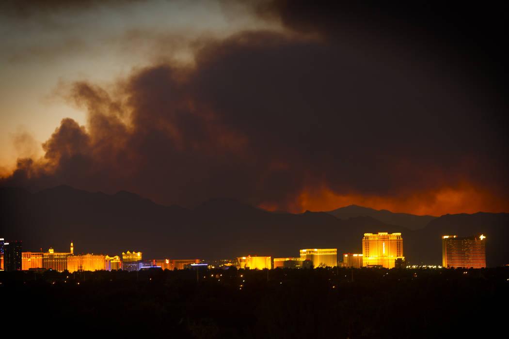 El humo del Carpenter 1 Fire sobre Las Vegas el lunes 8 de abril de 2013. El incendio ubicado a 25 millas al oeste de Las Vegas ha quemado 24 millas cuadradas. (Jeff Scheid / Las Vegas Review-Jour ...