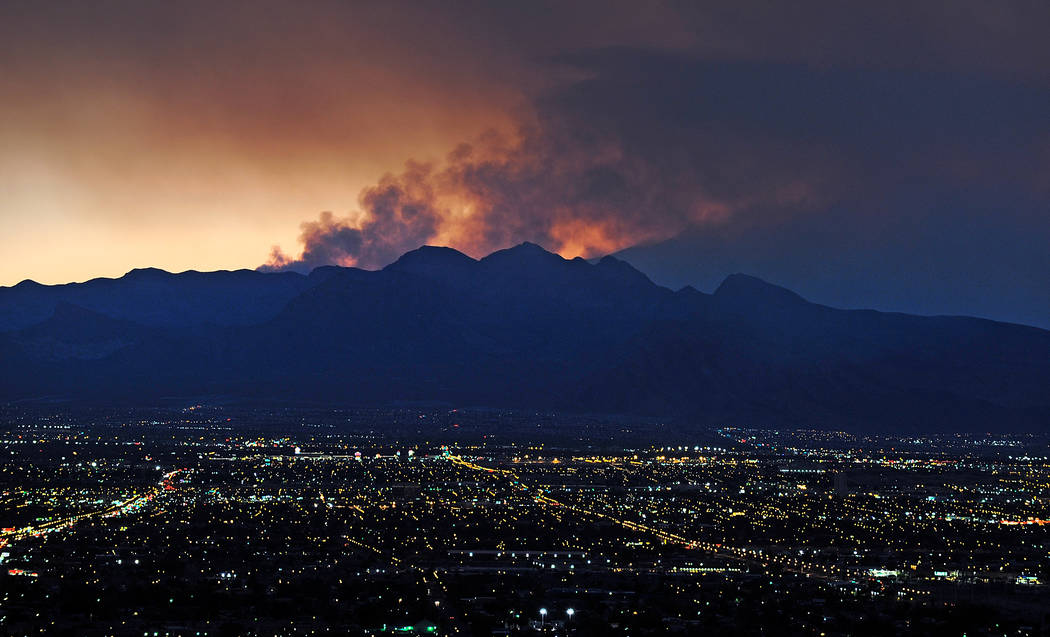 El humo se eleva desde el incendio forestal de Carpenter 1 cuando el sol se pone sobre Las Vegas el 9 de julio de 2013. (David Becker / Las Vegas Review-Journal)
