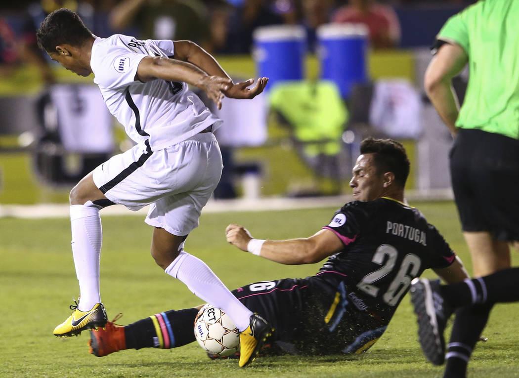 El centrocampista del Las Vegas Lights FC, Julian Portugal (26), se mueve para bloquear el balón controlado por el centrocampista San Antonio FC, Pecka (8) durante la primera mitad de un partido ...