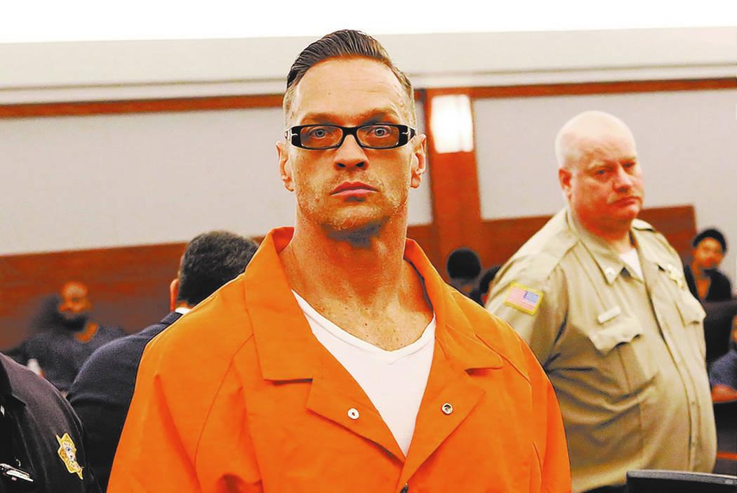 El asesino en dos ocasiones, Scott Dozier, deja el tribunal después de su audiencia en el Centro de Justicia Regional el jueves 19 de enero de 2017 en Las Vegas. Dozier, que está bajo cadena per ...
