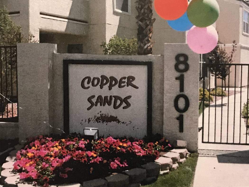 Un exterior del complejo de apartamentos Copper Sands en la cuadra 8100 de West Flamingo Road se muestra en una foto obtenida a través de la bóveda de evidencia de la Corte de Distrito del Conda ...