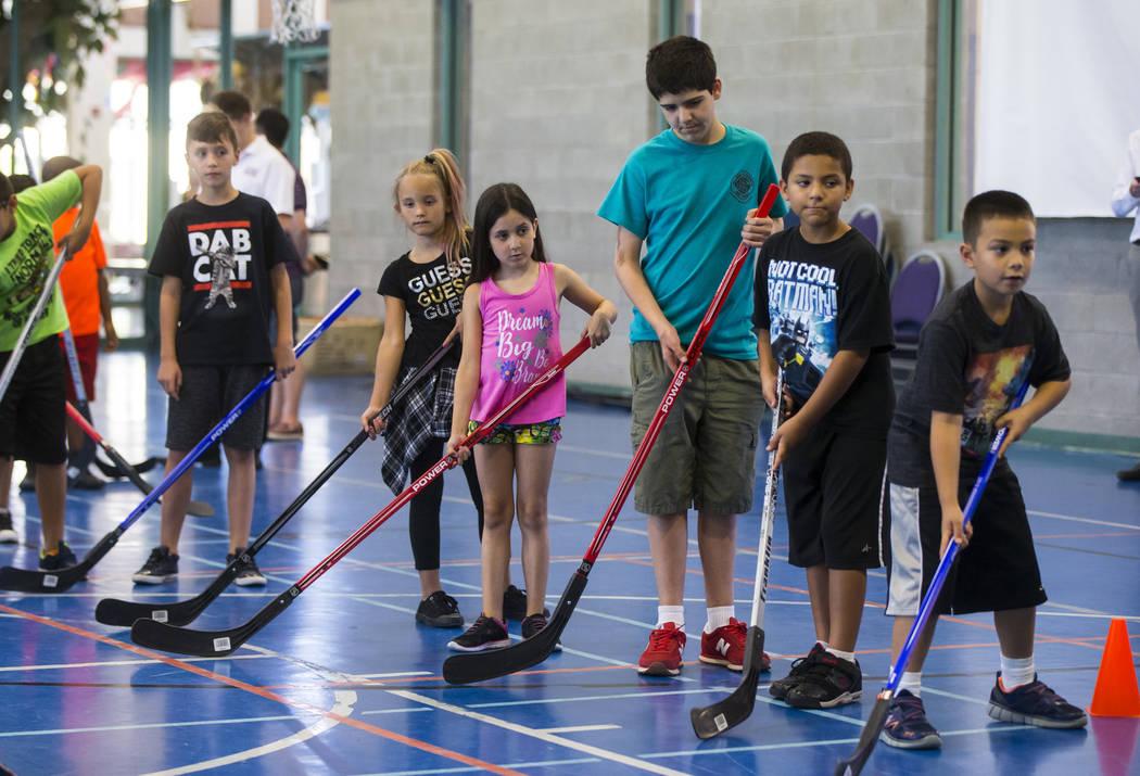 Los niños hacen cola durante una clínica de hockey calle celebrada por los Vegas Golden Knights para los jóvenes locales de Las Vegas en Paradise Recreation Center, 4775 S. McLeod Drive, el jue ...