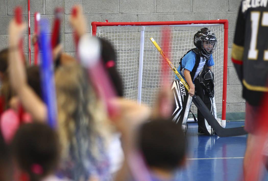 AJ, de seis años, defiende el objetivo durante una clínica de hockey calle celebrada por los Vegas Golden Knights para los jóvenes locales de Las Vegas en Paradise Recreation Center, 4775 S. Mc ...