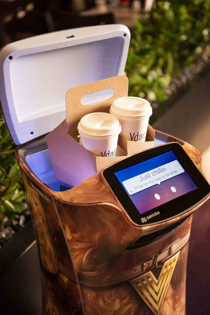 Un robot de retransmisión es responsable de entregar bocadillos, artículos diversos e incluso productos de spa directamente a las suites de huéspedes en Vdara. (MGM Resorts International)