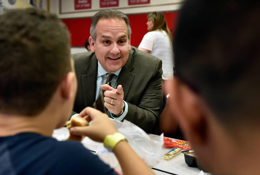 El superintendente de la escuela del Condado de Clark, Jesús Jara, habla con los estudiantes durante el almuerzo en la escuela primaria Red Rock el martes 10 de julio de 2018 en Las Vegas. El jef ...