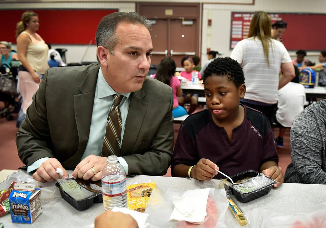 El superintendente de la escuela del Condado de Clark, Jesús Jara, izquierda, habla con los estudiantes, incluyendo Tylian Basher de quinto grado durante el almuerzo en la Escuela Primaria Red Ro ...
