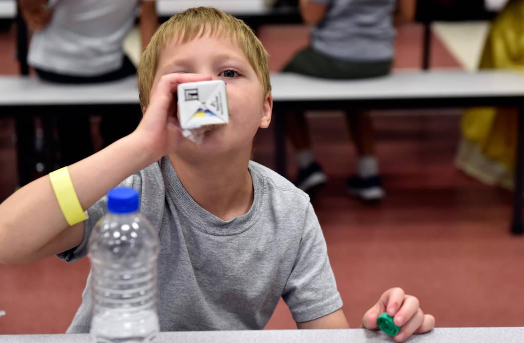 Raiden Flanders sorbe su leche de soya durante el almuerzo en la Escuela Primaria Red Rock el martes 10 de julio de 2018 en Las Vegas. El superintendente de la escuela del Condado de Clark, Jesús ...