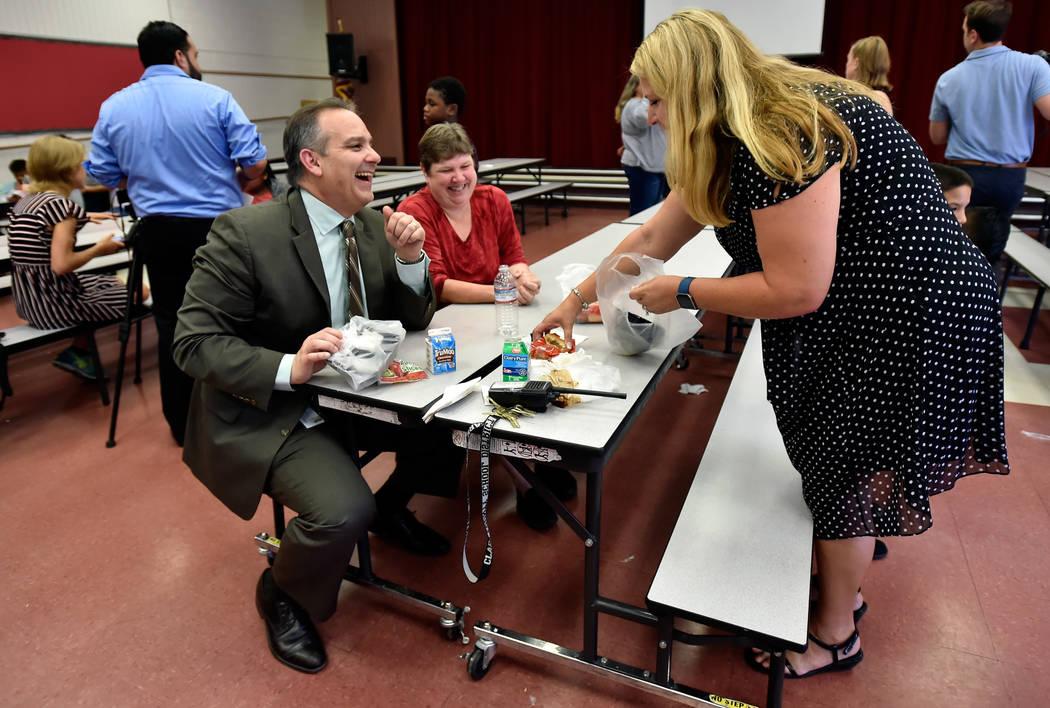 El superintendente de la escuela del Condado de Clark, Jesús Jara, se ríe con Deanna Wright, presidente de custodia de CCSD y la directora Stephanie Wong después de cenar con los estudiantes en ...