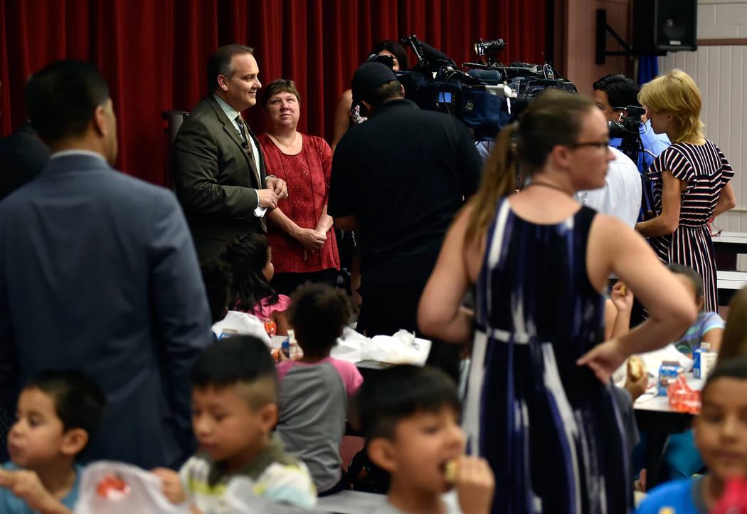 El superintendente de la escuela del condado de Clark, Jesús Jara, a la izquierda, habla con los periodistas mientras la presidenta del custodio de CCSD, Deanna Wright, observa después de cenar ...