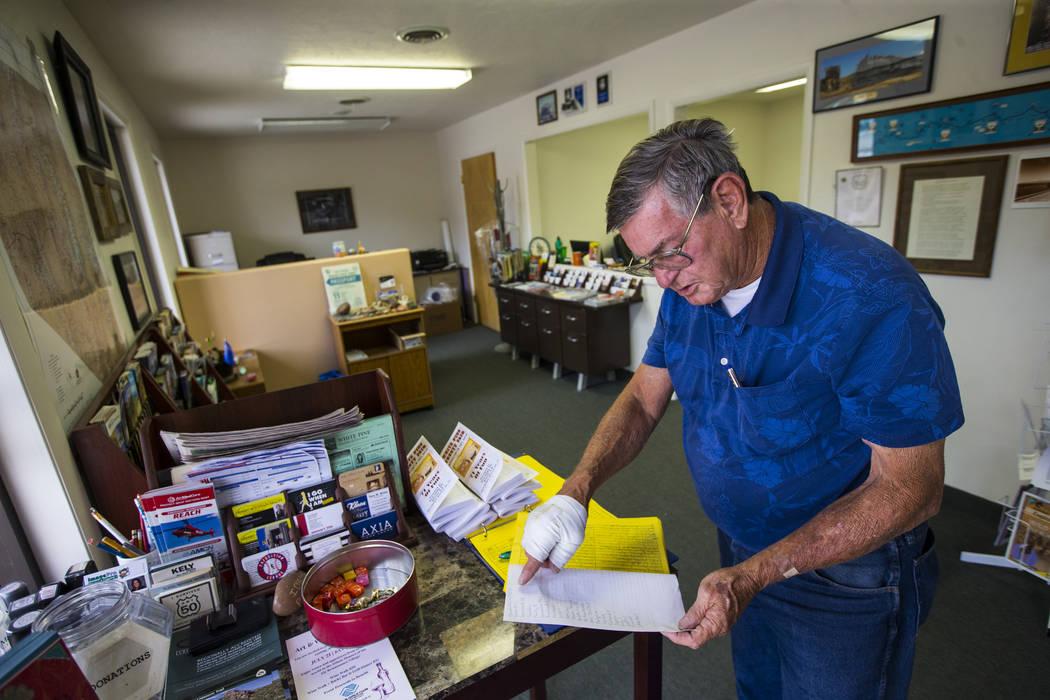 Wayne Cameron, director ejecutivo de la Cámara de Comercio de White Pine, habla sobre los registros de los visitantes mientras habla sobre el turismo en Ely el martes 10 de julio de 2018. Chase S ...