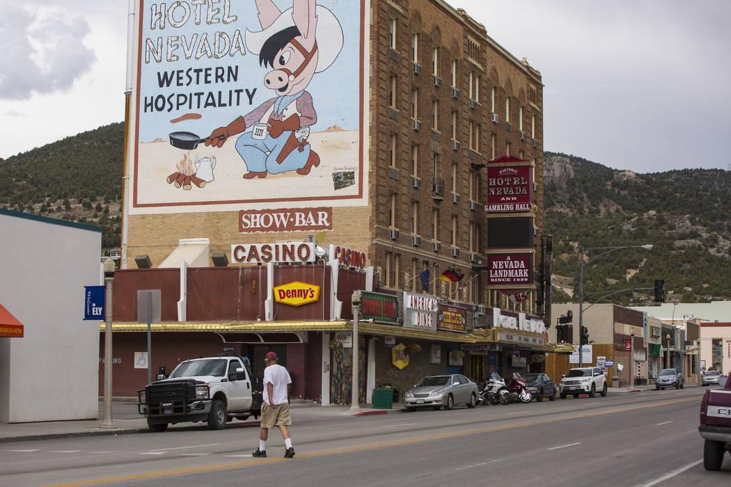 Un hombre cruza Aultman Street, la carretera principal a través de Ely, cerca del Hotel Nevada el martes 10 de julio de 2018. Chase Stevens Las Vegas Review-Journal @csstevensphoto