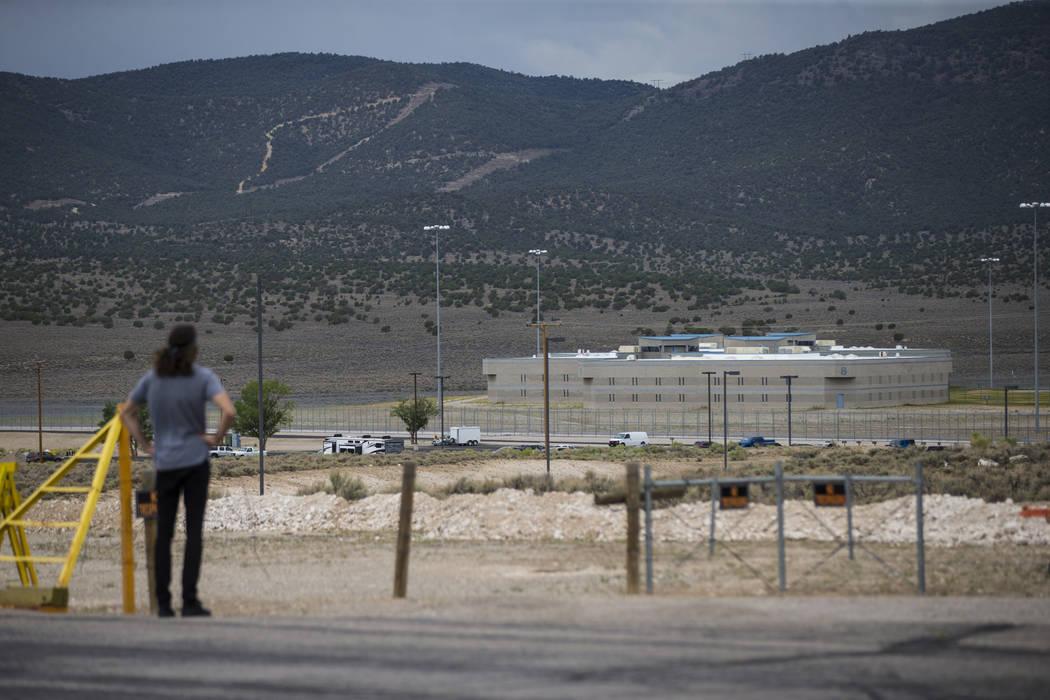 Un hombre en una vista de la prisión estatal de Ely antes de la ejecución de Scott Dozier, programado para el miércoles, en Ely el martes 10 de julio de 2018. Chase Stevens Las Vegas Review-Jou ...