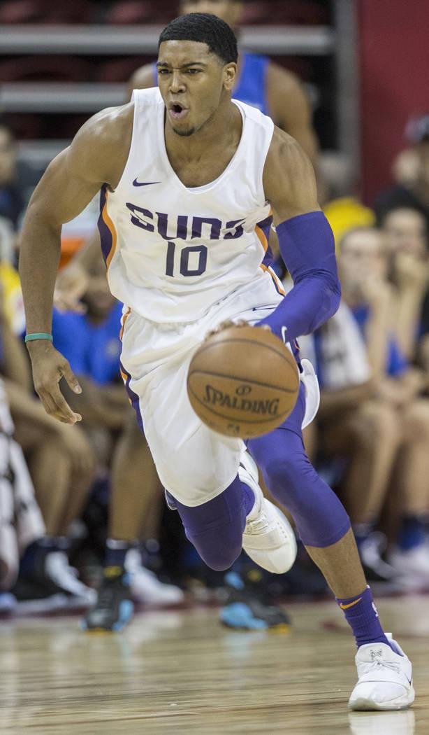 El guardia de los Suns, Shaquille Harrison (10), empuja la pelota hacia la cancha en el primer cuarto durante el juego de Phoenix NBA Summer League contra Orlando Magic el lunes 9 de julio de 2018 ...