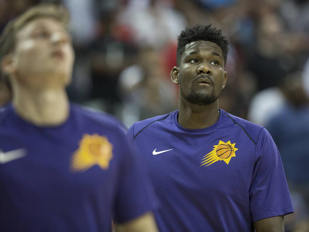 El centro de los Suns, Deandre Ayton (22), se calienta antes del inicio del juego de la NBA Summer League de Phoenix contra el Orlando Magic el lunes 9 de julio de 2018 en el Thomas & Mack Center ...