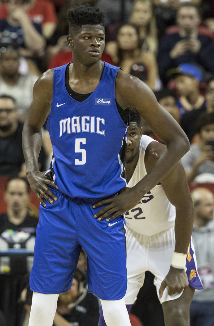 El centro de los Suns, Deandre Ayton (22), resguarda al centro de los Orlando Magics, Mohamed Bamba (5), en el segundo trimestre durante la Liga de Verano de la NBA el lunes 9 de julio de 2018 en ...