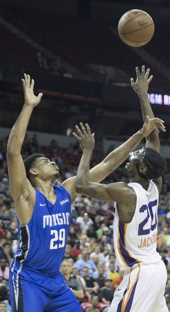 El alero de los Phoenix Suns, Josh Jackson (20), lanza sobre el alero de Orlando Magic, Antonio Campbell (29), en el segundo trimestre durante la Liga de Verano de la NBA el lunes 9 de julio de 20 ...