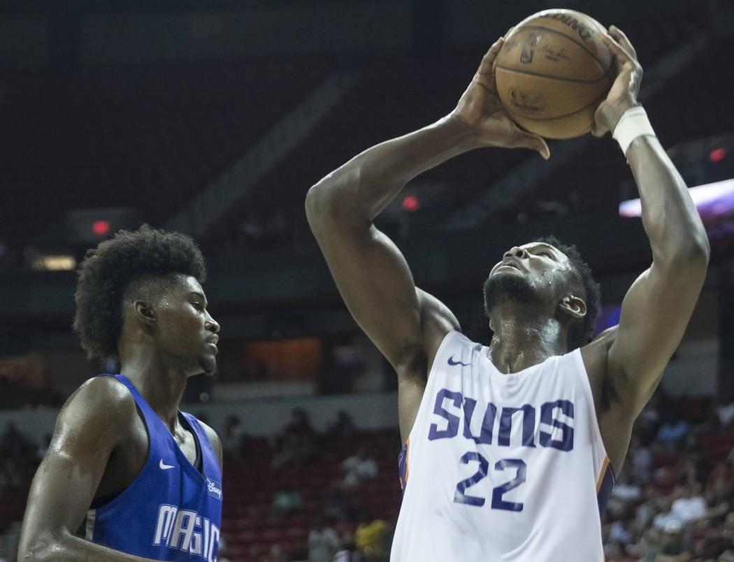 El centro de los Phoenix Suns, Deandre Ayton (22), pasa por delante del alero de Orlando Magic, Jonathan Isaac (1), en el tercer cuarto durante la NBA Summer League el lunes 9 de julio de 2018 en ...