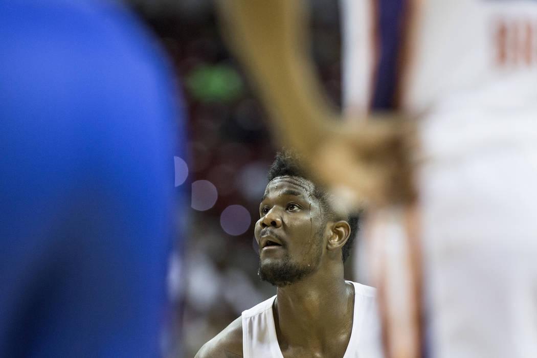 El centro de los Suns, Deandre Ayton (22), lanza un tiro libre en el segundo cuarto durante el juego de Phoenix NBA Summer League con el Orlando Magic el lunes 9 de julio de 2018 en el Thomas & Ma ...