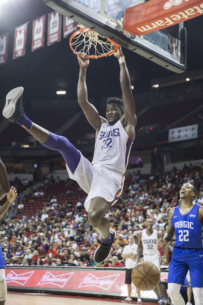 El centro de los Suns, Deandre Ayton (22), recibe una volcada en el tercer cuarto durante el juego de Phoenix NBA Summer League con el Orlando Magic el lunes 9 de julio de 2018 en el Thomas & Mack ...