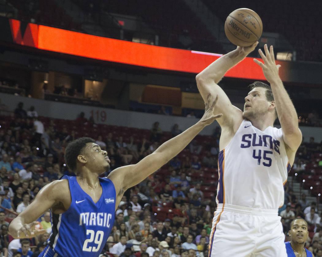 El centro de los Phoenix Suns, Jack Cooley (45) lanza sobre el alero de Orlando Magic, Antonio Campbell (29), en el segundo trimestre durante la Liga de Verano de la NBA el lunes 9 de julio de 201 ...