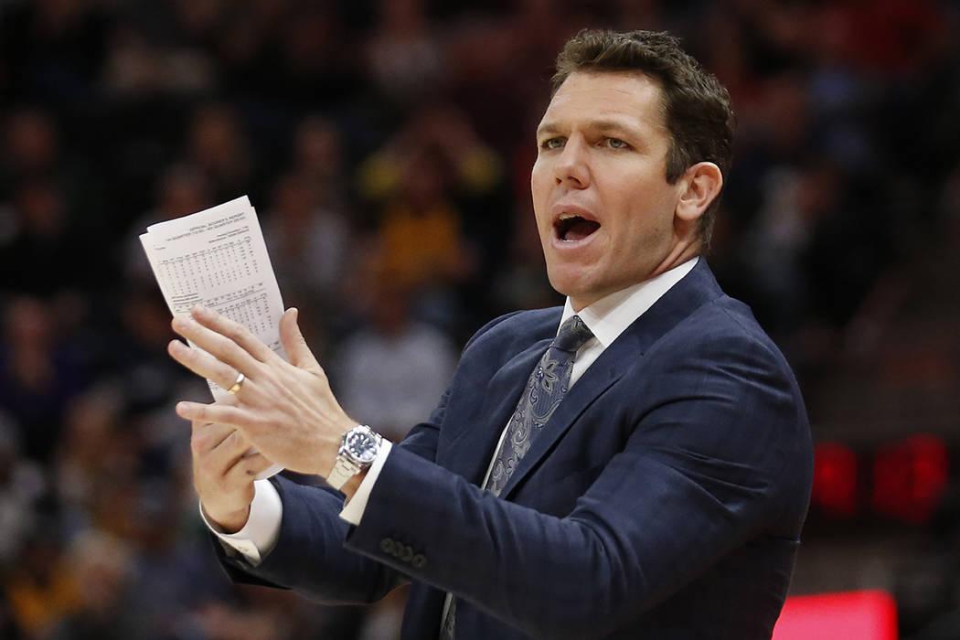 El entrenador en jefe de Los Ángeles Lakers, Luke Walton, grita a su equipo en la segunda mitad durante un partido de baloncesto de la NBA contra el Jazz de Utah el martes 3 de abril de 2018 en S ...