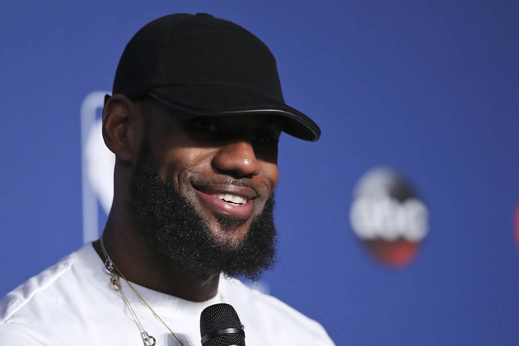 El alero de los Cleveland Cavaliers, LeBron James, sonríe durante una conferencia de prensa después del Juego 4 de las finales de la NBA contra los Golden State Warriors, el sábado 9 de junio d ...