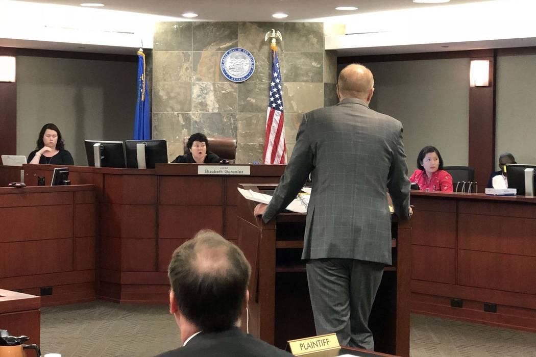 La jueza de distrito Elizabeth González escucha argumentos en la corte el miércoles 11 de julio de 2018, después de que una compañía farmacéutica entabló una demanda que acusó al Departame ...