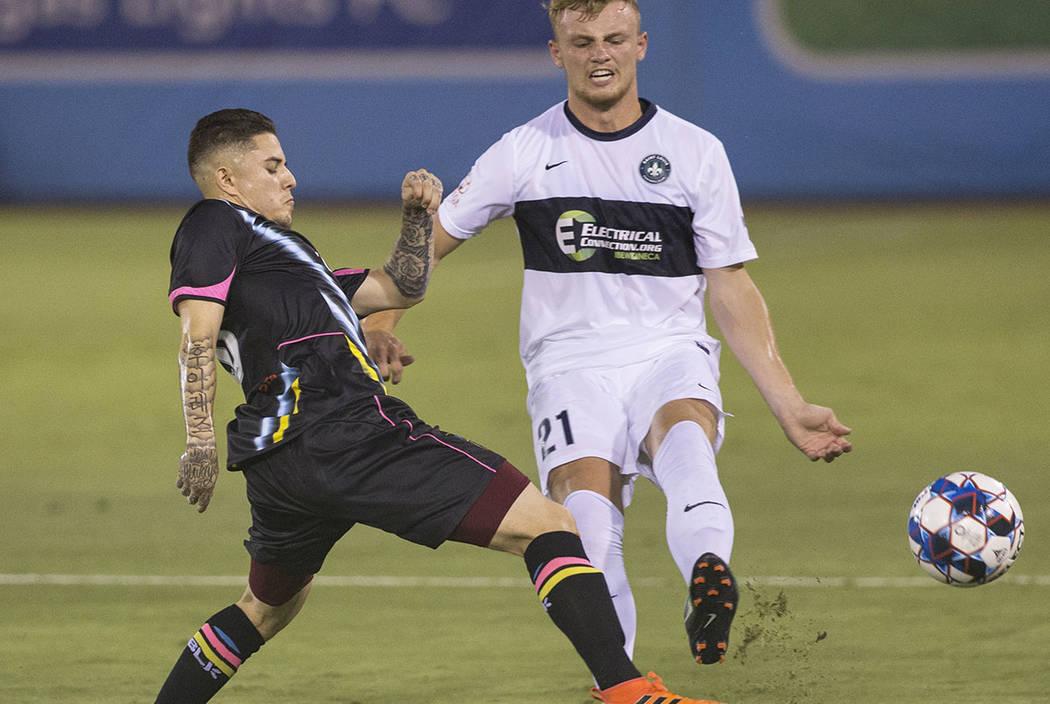 El delantero de Las Vegas Lights FC, Raúl Mendiola (40), pelea por un balón con el defensor del Saint Louis FC, Aeden Stanley (21), en el primer tiempo el sábado 7 de julio de 2018 en Cashman F ...