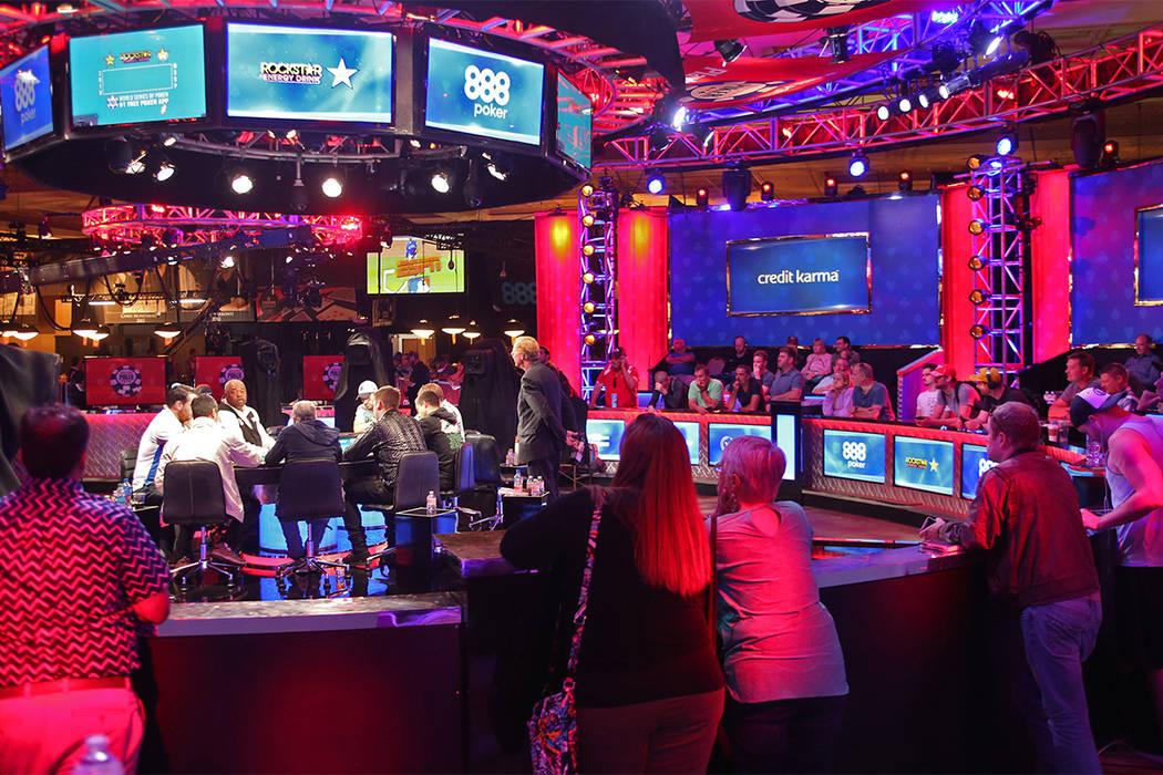 Una multitud se reúne para ver la mesa principal del séptimo día de la World Series of Poker en el Río Convention Center en Las Vegas, miércoles 11 de julio de 2018. (Rachel Aston / Las Vegas ...