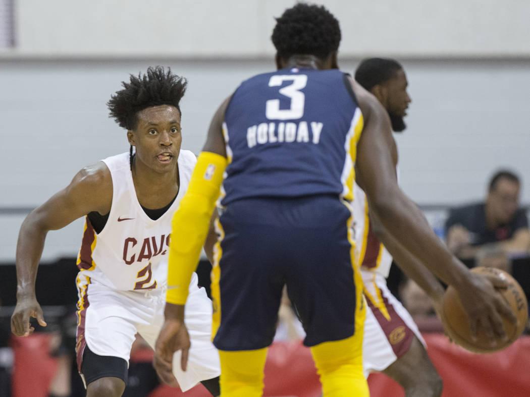 El guardia de los Cleveland Cavaliers, Collin Sexton (2), defiende contra el guardia de los Indiana Pacers, Aaron Holiday (3), en el primer cuarto durante la Liga de verano de la NBA el lunes 9 de ...