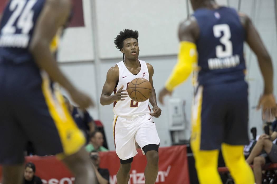 El guardia de los Cleveland Cavaliers, Collin Sexton (2), trae la pelota hasta la yarda contra el guardia de los Indiana Pacers, Aaron Holiday (3) y el alero Alize Johnson (24) en el primer cuarto ...