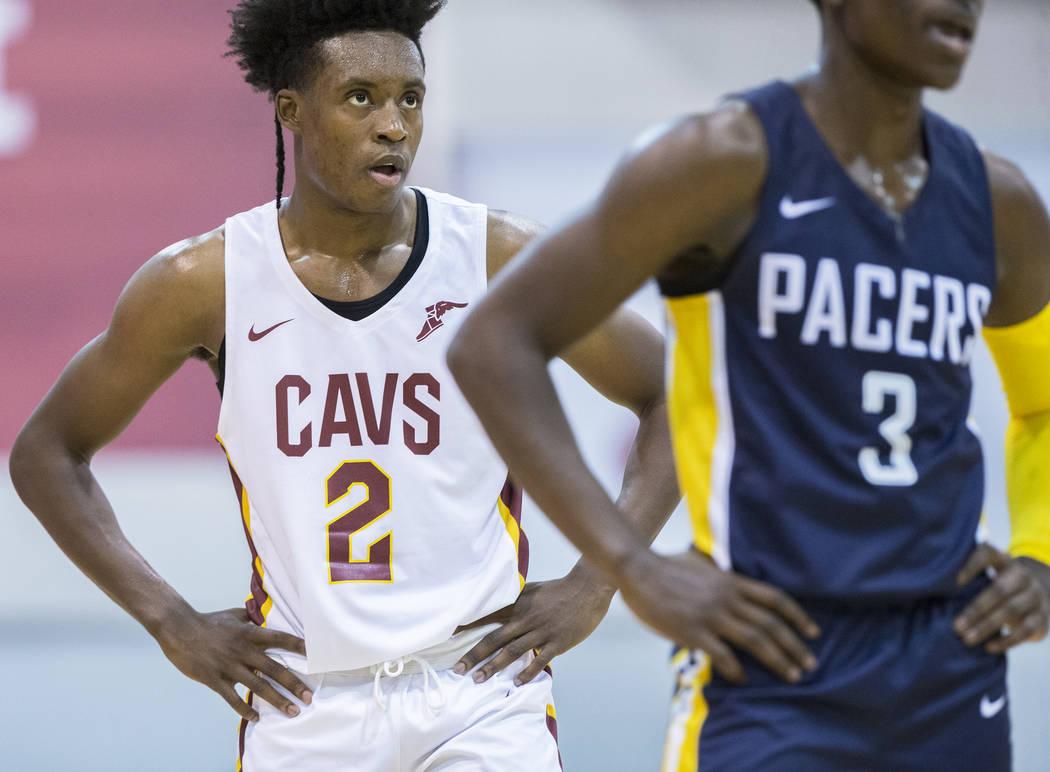 El guardia de los Cleveland Cavaliers, Collin Sexton (2), se enfrenta con el guardia de los Indiana Pacers, Aaron Holiday (3), en el primer cuarto durante la NBA Summer League el lunes 9 de julio ...