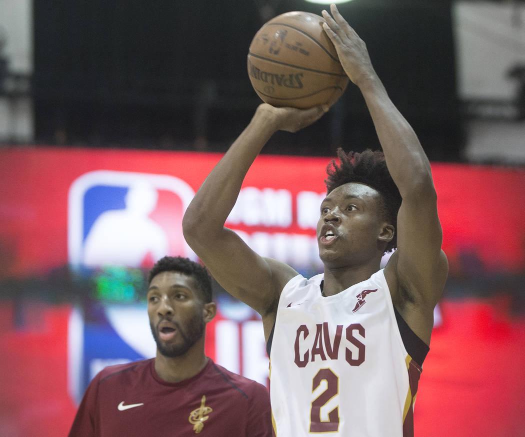 El guardia de los Cavaliers, Collin Sexton (2) se calienta antes del inicio del juego de la NBA Summer League de Cleveland con los Indiana Pacers el lunes 9 de julio de 2018 en Cox Pavilion, en La ...