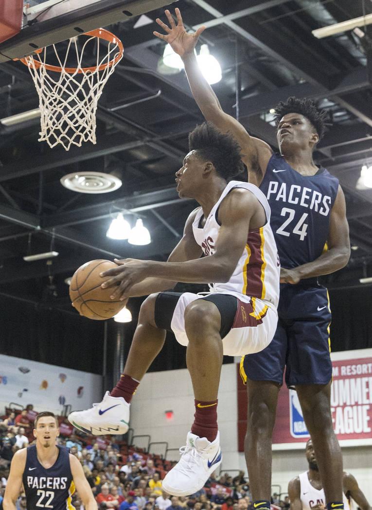 El guardia de los Cleveland Cavaliers, Collin Sexton (2), pasa por delante del alero de los Indiana Pacers Alize Johnson (24) en el primer cuarto durante la Liga de verano de la NBA el lunes 9 de ...