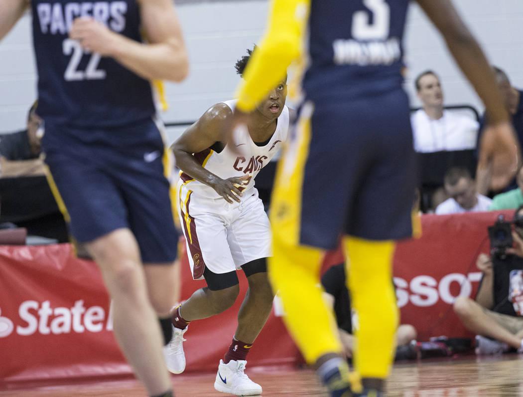 El guardia de los Cleveland Cavaliers, Collin Sexton (2), lleva la pelota a la cancha contra el guardia de los Indiana Pacers Aaron Holiday (3) y el alero TJ Leaf Johnson (22) en el primer cuarto ...