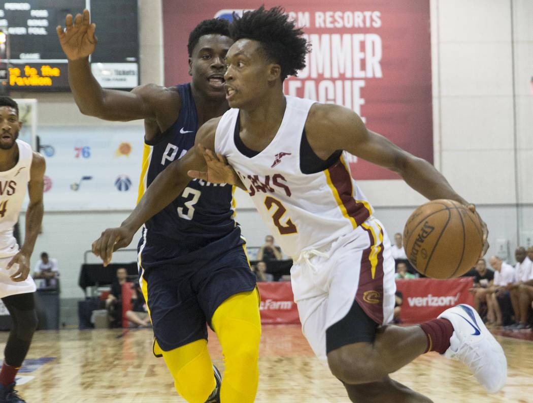 El guardia de los Cleveland Cavaliers, Collin Sexton (2), tira sobre el alero de los Indiana Pacers Alize Johnson (24) en el primer cuarto durante la Liga de verano de la NBA el lunes 9 de julio d ...