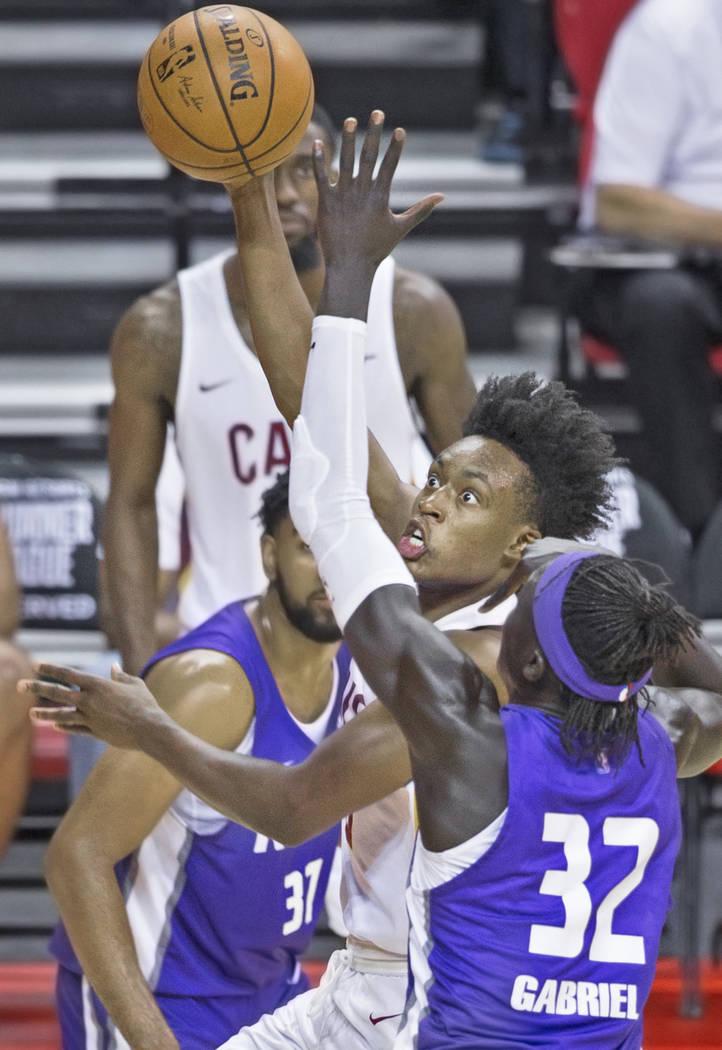El guardia de los Cleveland Cavaliers, Collin Sexton (2), divide a los defensas de Sacramento Kings, Wenyen Gabriel (32) y Matt Jones (37), el miércoles 11 de julio de 2018 en el Thomas & Mack Ce ...