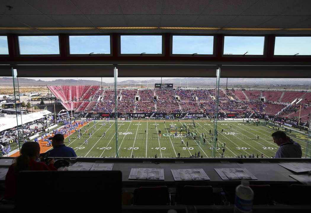 Fans comienzan a llenar el estadio Sam Boyd antes de que Oregon se enfrente a Boise State en el Las Vegas Bowl en Las Vegas el sábado 16 de diciembre de 2017. (Chase Stevens / Las Vegas Review-Jo ...