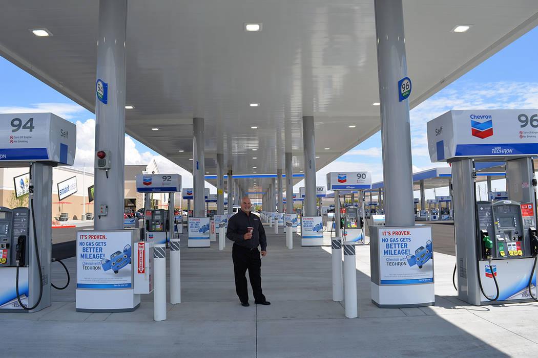 Barry Phillips, director ejecutivo de mercadeo, al frente de las bombas 94 y 96 en el súper centro. Jueves 12 de julio de 2018 en Jean, Nevada. Foto Frank Alejandre / El Tiempo.