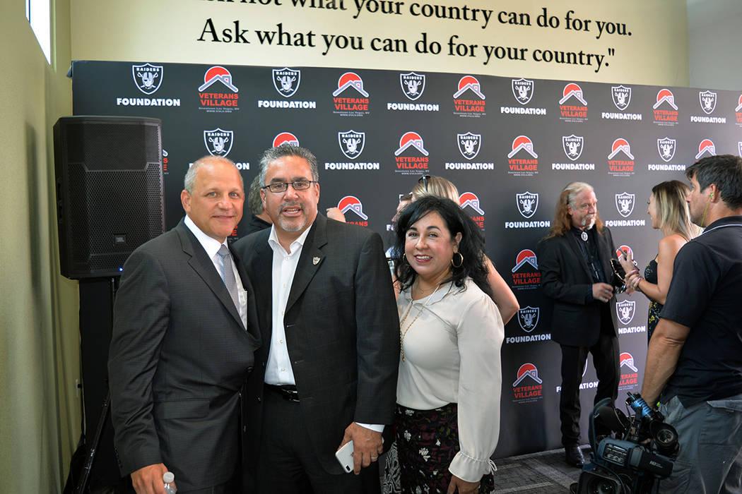 El presidente de los Raiders Marc Badain, posó junto a Peter Guzmán –centro- y Sonia Joya, luego de la ceremonia en la que Badain entregara 150 dólares a Veterans Village. Jueves 12 de julio ...