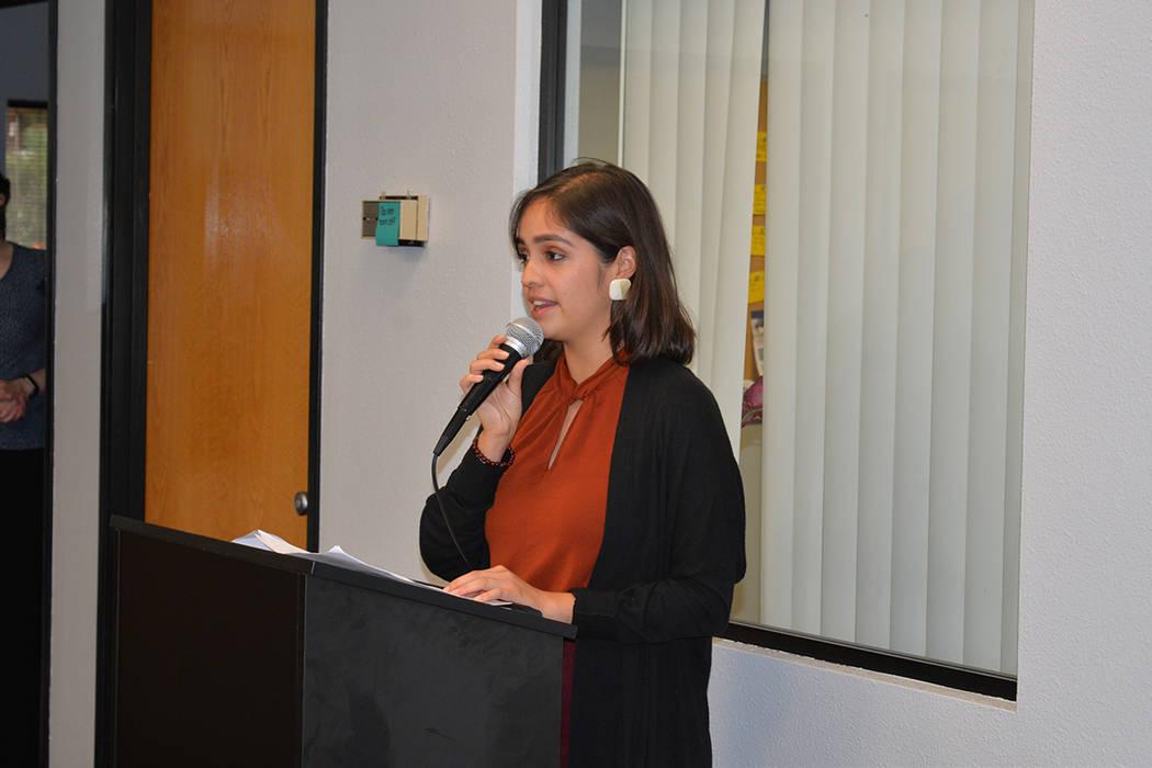 Cassandra Muñoz, representante de la congresista Dina Titus. Lunes 9 de julio de 2018 en la sede de Nevadans for Judicial Progress. Foto Frank Alejandre / El Tiempo.