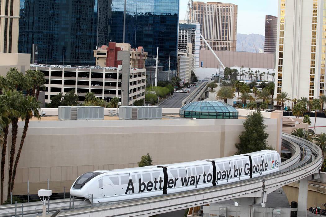 Los pasajeros salen del monorriel de Las Vegas el martes 20 de marzo de 2018. Las Vegas Monorail Co. espera extender la ruta existente de 3.9 millas del SLS a MGM un adicional de 1.14 millas a Man ...
