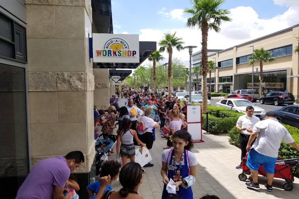 """Los huéspedes esperan en la cola para el día """"Pague su edad"""" en Build-A-Bear en Downtown Summerlin el jueves 12 de julio de 2018. (Wade Millward / Las Vegas Review-Journal) @wademillward"""