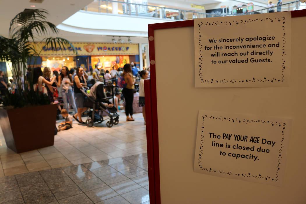 """Un letrero indica que no más personas pueden ingresar a la línea durante la promoción """"Pague su edad"""" de Build-A-Bear en Galleria Mall en Henderson el 12 de julio de 2018. (Janna Karel Las Vega ..."""